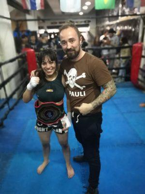 Catalina Argüello mit dem Siegesgürtel der argentinischen Kickbox-Meisterschaft